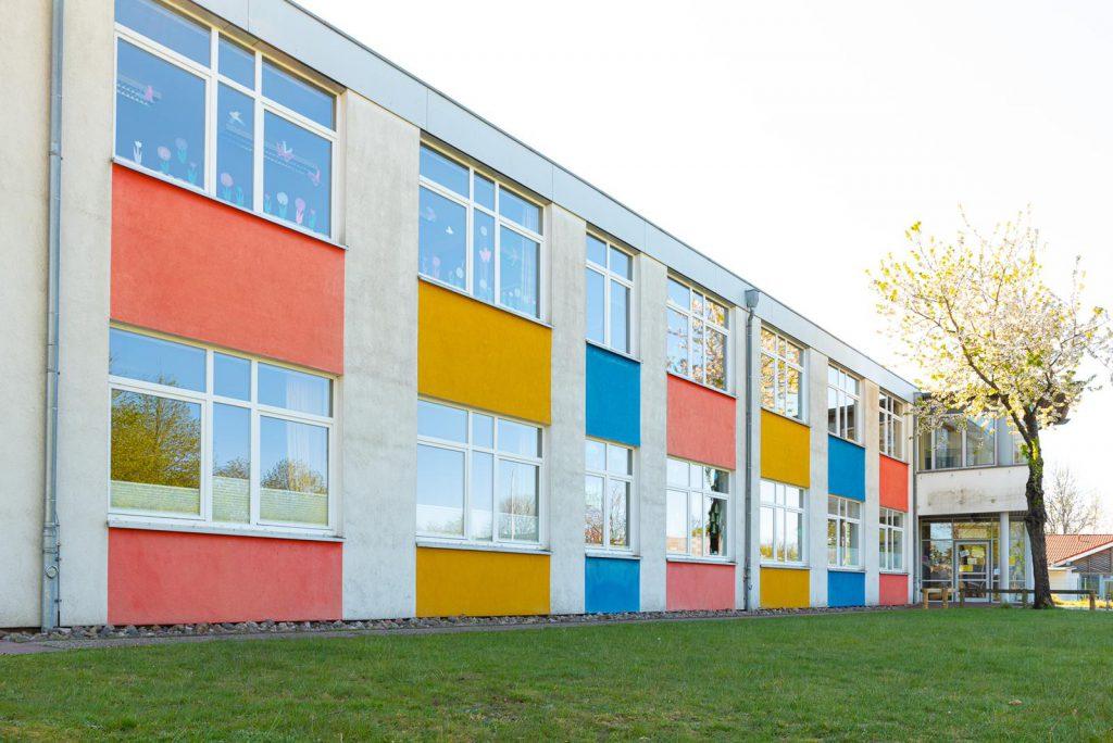 Schulgebäude Eingang OGS